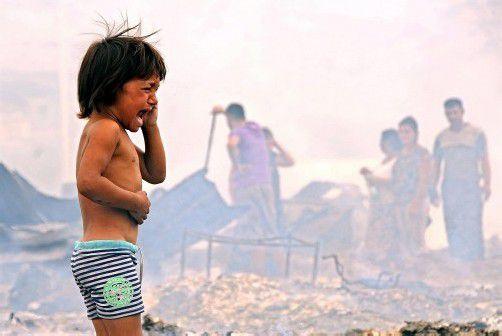40 Holzbaracken wurden bei dem Feuer zerstört. Die Flüchtlinge, darunter 50 Kinder, werden vorübergehend in Zelten untergebracht. Foto: epa