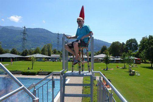 Als Bademeister kann der 23-jährige Daniel Frick das schöne Wetter auch  beim Arbeiten im Schwimmbad genießen. FotoS: VN