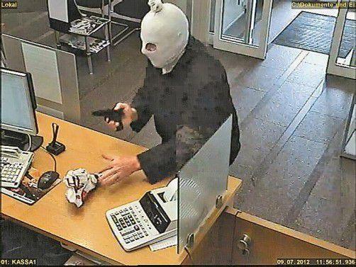 Am 9. Juli, kurz vor Mittag, raubte ein 40 bis 50 Jahre alter Mann die Volksbank-Filiale in Bregenz aus.