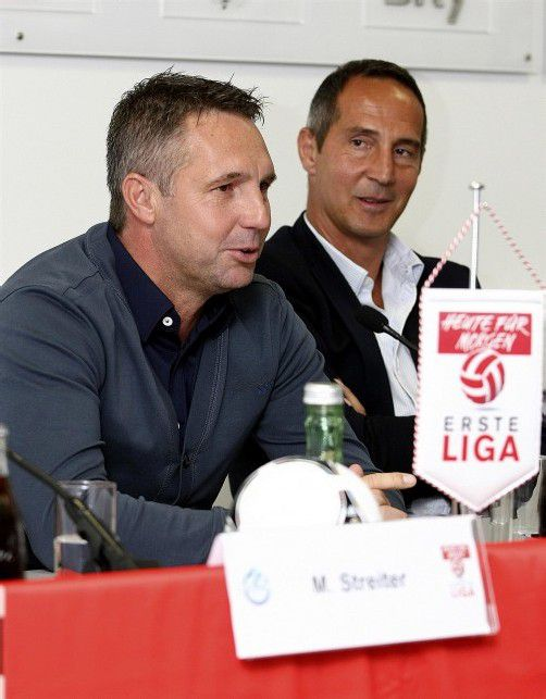 Anlässlich der Saison-Eröffnungs-Pressekonferenz saßen FCL-Trainer Damir Canadi (l.) und Adi Hütter noch Stuhl an Stuhl. Foto: gepa