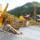 Tonnenschwerer Baukran stürzt in Wohngebiet – Drei Verletzte