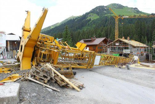Arbeitsunfall in Lech Omesberg; Baukran umgestürzt;