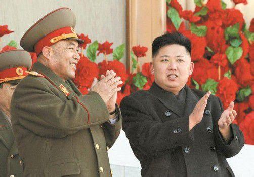 Armeechef Ri Yong-ho (l.) wurde all seiner Aufgaben entbunden. Er galt als enger Vertrauter des Machthabers Kim Jong-un. Foto: DAPD
