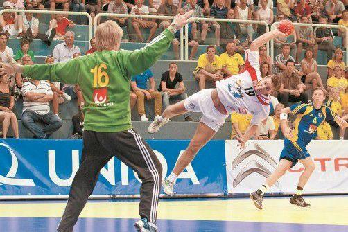 Artistische Einlage von Österreichs Flügelspieler Philipp Rabenseifer im Spiel gegen Schweden. Foto: steurer