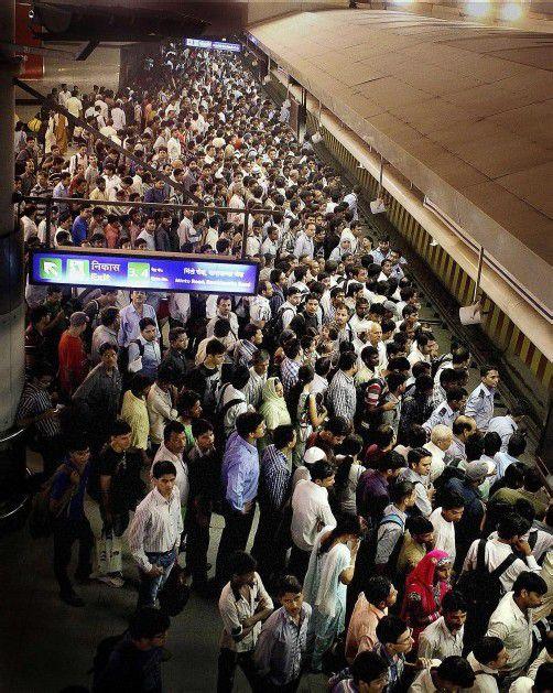 Auch die U-Bahn stand zeitweise still: Tausende Pendler warteten an den Bahnsteigen. Foto: AP