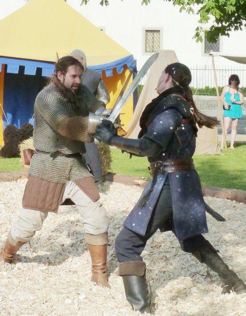 Auch heute und morgen sind noch Schwertkämpfe auf dem Schlossplatz zu sehen. Fotos: TF