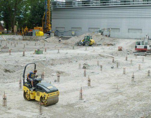Auf dem Rosenplatz entsteht Europas modernstes Anodisierwerk. Es wurden über 500 Piloten gesetzt. Foto: the