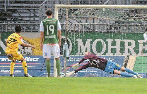 Austria-Torhüter Alexander Kofler parierte beim Stand von 2:0 einen Foulelfmeter von Kapfenberg-Angreifer Sanel Kuljic bravourös. Fotos: stiplovsek