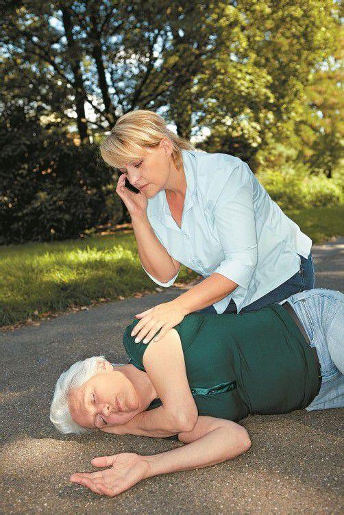 Bei einem Herzinfarkt oder einem Herzstillstand zählt jede Sekunde. Da sind Ersthelfer besonders gefordert. Fotolia