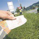 Geldscheine in Dornbirn vom Winde verweht