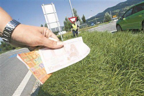 Beim Kreisverkehr Dornbirn-Nord fiel die Geldtasche von der Motorhaube. Die Geldscheine wurden durch die Luft gewirbelt. VN/Hartinger