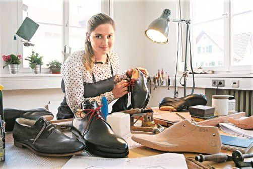 Chris Dünser fertigt drei, vier Paar Schuhe im Monat – alles Handarbeit. Foto: VN/Matt