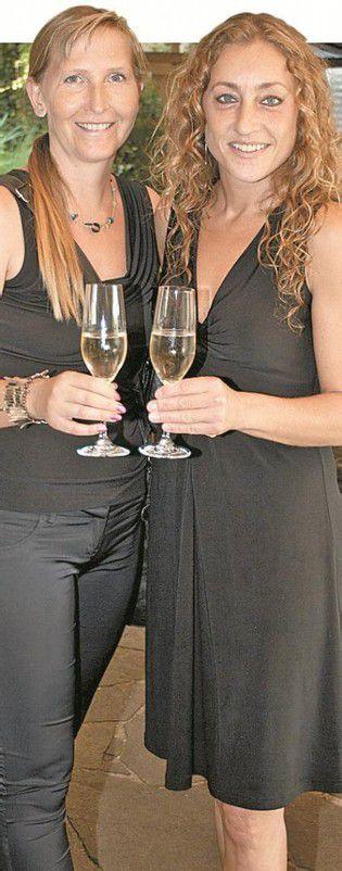 Damen mit Sekt: Sylvia Ellensohn-Ritter (l.) und Layla Ellensohn.