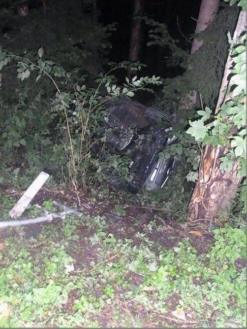 Das Auto des Promillelenkers kam von der Straße ab, überschlug sich und blieb schließlich auf dem Dach liegen. Foto: Polizei