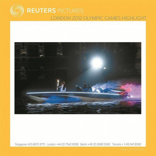 David Beckham fährt im Powerboot Fackelträgerin Jane Bailey in Richtung Olympiastadion. Fotos: reuters, AP, APA