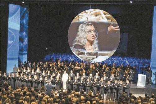 Der Chor mit dem Intendanten: Der Planet Solaris bestimmte die Videoästhetik.