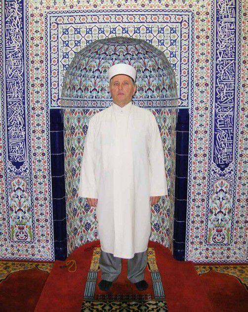 Der Hohenemser Imam Nuri Güler vor der Gebetsnische. An die 30 Imame betreuen zurzeit rund 38.000 Muslime in Vorarlberg.