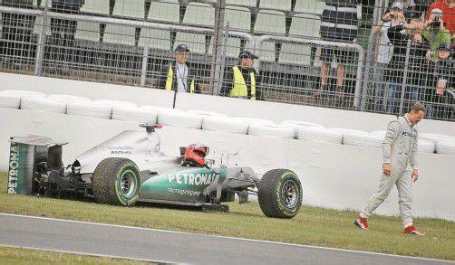 Der Mercedes ist schwer havariert, Michael Schumacher macht sich von dannen. Foto: reuters