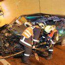 Pkw prallt in einen Lkw – Tiroler stirbt bei Unfall