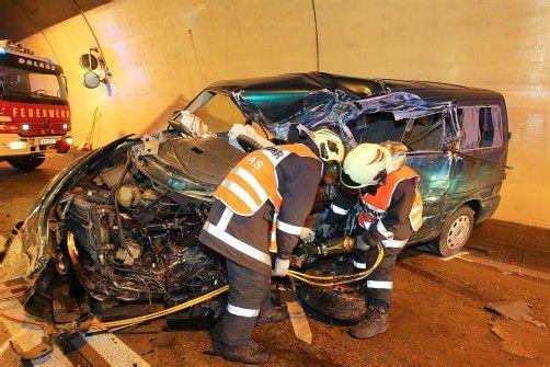 Der Pkw kollidierte mit einem Lkw. Die Folge: Ein 53-Jähriger stirbt sofort. FotoS: VN/Hofmeister