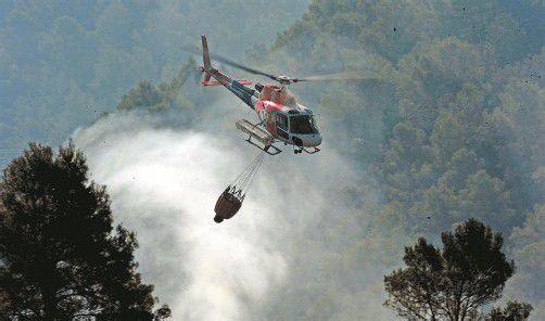 Der abflauende Wind und eine höhere Luftfeuchtigkeit erleichtern die Arbeit der Hunderten Einsatzkräfte in Spanien. Foto: AP