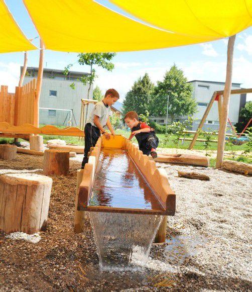 Der neue Spielplatz wird von den Kindern schon eifrig genutzt.