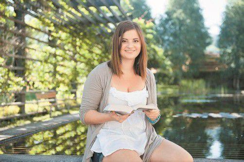 Die 20-jährige Schriftstellerin Nadja Spiegel ruht sich an ihrem Lieblingsplatz, der inatura, aus. Foto: Rhomberg