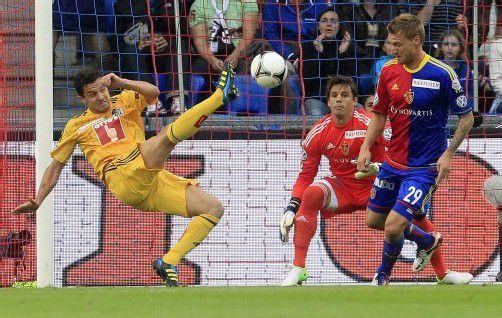 Die Basler Radosloav Kovac (r.) und Torhüter Yann Sommer können Luzerns Dimitar Rangelov nicht am Abschluss hindern – allerdings ohne Folgen. Foto: Reuters