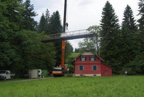 Die Brückenteile wurden angeliefert und eingebaut – die Brücke soll laut Plan bis 28. Juli fertiggestellt sein. Foto: MG Hörbranz