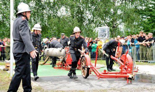 Die Feuerwehrleute zeigten den begeisterten Zuschauern, wie man früher in den Einsatz ging. Fotos: vol.at