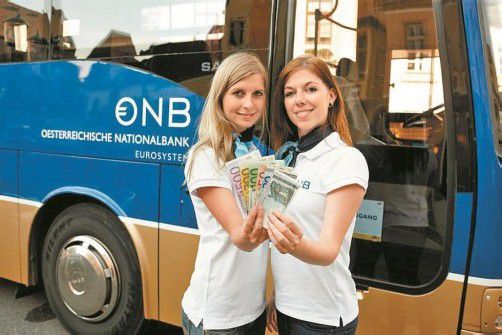 Die Mitarbeiterinnen des Euro-Busses geben wichtige Auskünfte. Foto: OeNB