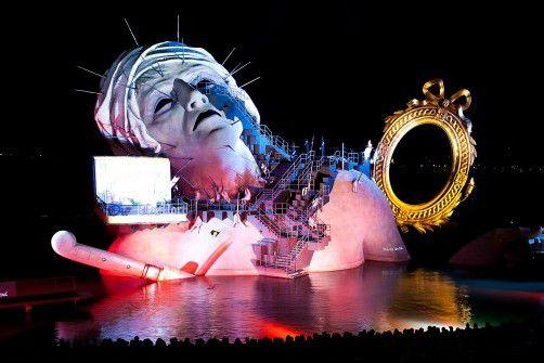 """Die Oper """"André Chénier"""" von Umberto Giordano wird diesen Sommer noch einmal auf der Bregenzer Seebühne gespielt. Das Bühnenbild von David Fielding wurde Jacques-Louis Davids Gemälde """"Der Tod des Marat"""" nachempfunden. foto: vn/steurer"""