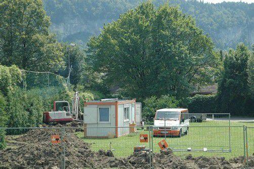 Die Vorbereitungsarbeiten für den Bau des Götzner Feuerwehrhauses am umstrittenen Standort Im Moos haben bereits begonnen. Foto: ver