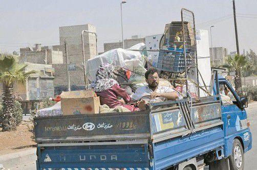Die Zivilbevölkerung flüchtet mit Sack und Pack aus Aleppo. Foto: AP