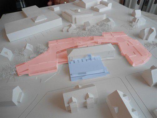 """Die neue """"Lernlandschaft"""" als Modell: Die rot markierten Neubauteile sind vier miteinander vernetzte Gebäude. Die Turnhalle (blau) wird neu errichtet. FOTOS: STRAUSS"""