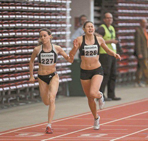 Doris Röser (links) und Rosalie Tschann duellieren sich in Klagenfurt in den Sprintbewerben. Foto: diener