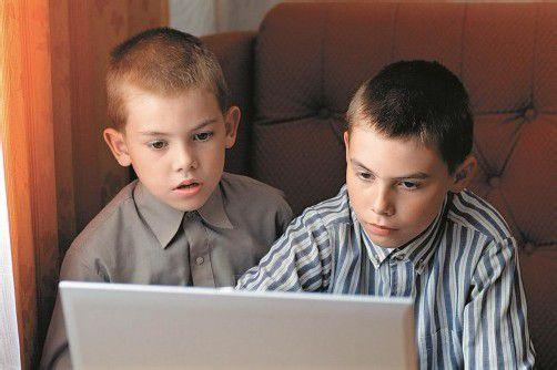 Ein inzwischen gewohntes Bild: Kinder jeden Alters verbringen sehr viel Zeit mit Computern und anderen technischen Spielzeugen. Fotolia