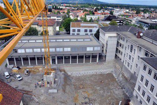Es entstehen ein neuer Klassentrakt und eine neue Turnhalle. Abschluss der Arbeiten ist voraussichtlich im Herbst 2013. Foto: lcf