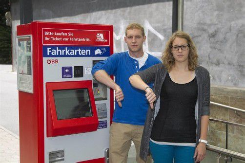 Eva und Julian Konzilia aus Weiler bedauern das Ende des Gruppenrabatts. Foto: VN/Paulitsch