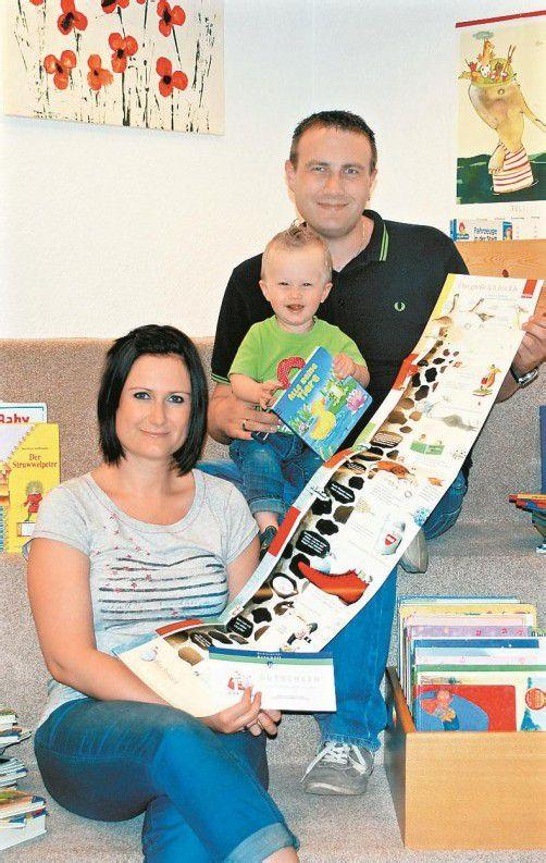Familie Bader freut sich über den Lesegutschein. Foto: gemeinde