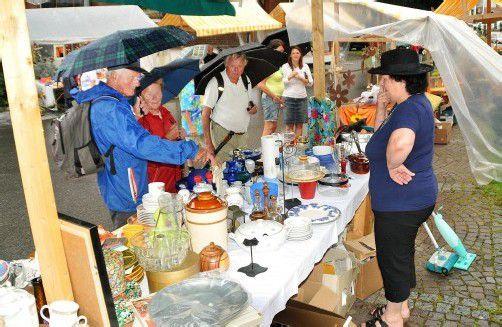 Flohmarktverkauf zugunsten des Kirchenschmucks. Foto: ajk