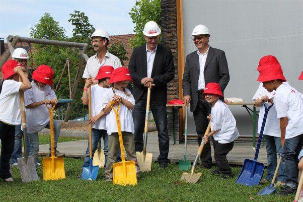 Gemeinsam mit den Fraxner Kindern wurde der Spatenstich für die Erweiterung des Kindergartens gefeiert. Foto: kam