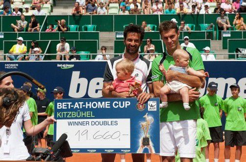 Glückliche Sieger: Julian Knowle und Frantisek Cermak mit ihren kleinen Töchtern. Foto: gepa