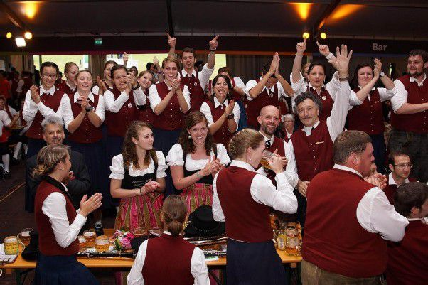 Große Begeisterung beim Fahneneinzug ins Festzelt. Fotos: L. Berchtold