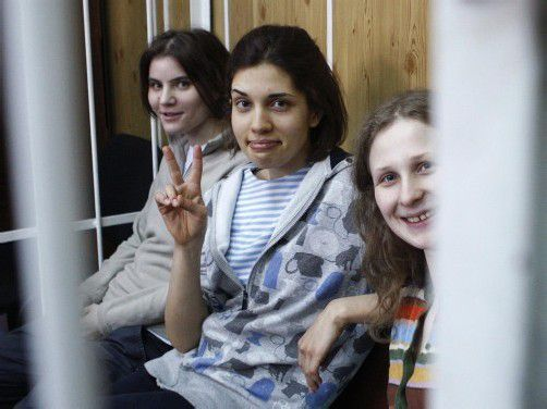 Hinter Gittern im Gerichtssaal: Pussy Riot. Foto: Grass