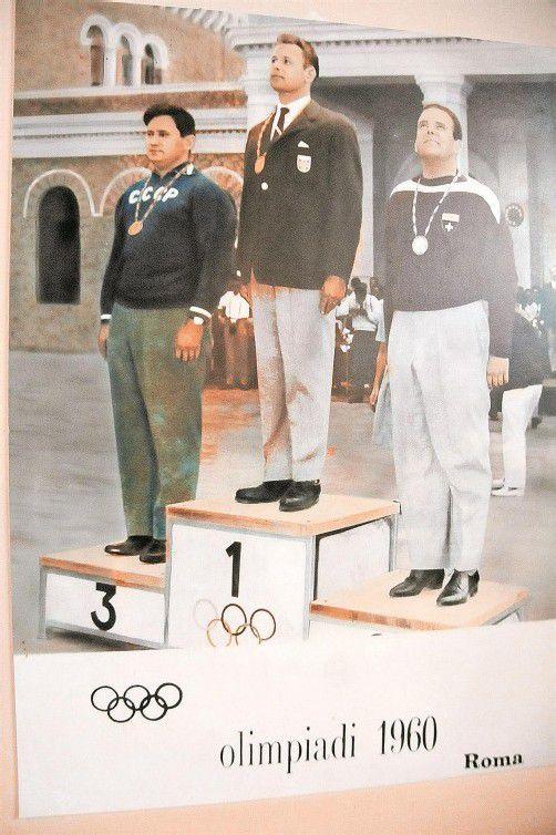 Hubert Hammerer bei der Siegerehrung in Rom: Rechts daneben der Schweizer Hans Spillmann und links der Russe Wassili Borissow, die jeweils zwei Ringe weniger als der Egger erreichten. Fotos: akp