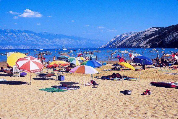 Hvar (l.) ist der Unterhaltungsort an der kroatischen Küste – auch auf Rab warten gemütliche Strände (r.).