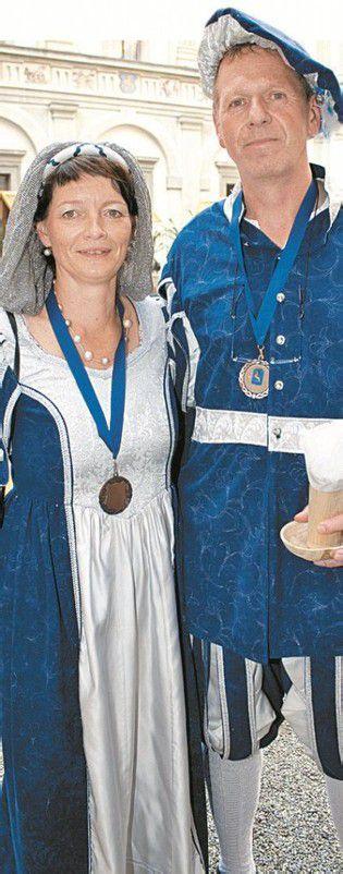 In passender Robe: Bürgermeister Richard Amann mit Anni.