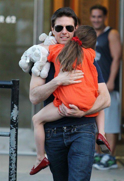 Innig wie eh und je: Suri und ihr Vater Tom Cruise. Fotos: dapd; EPA
