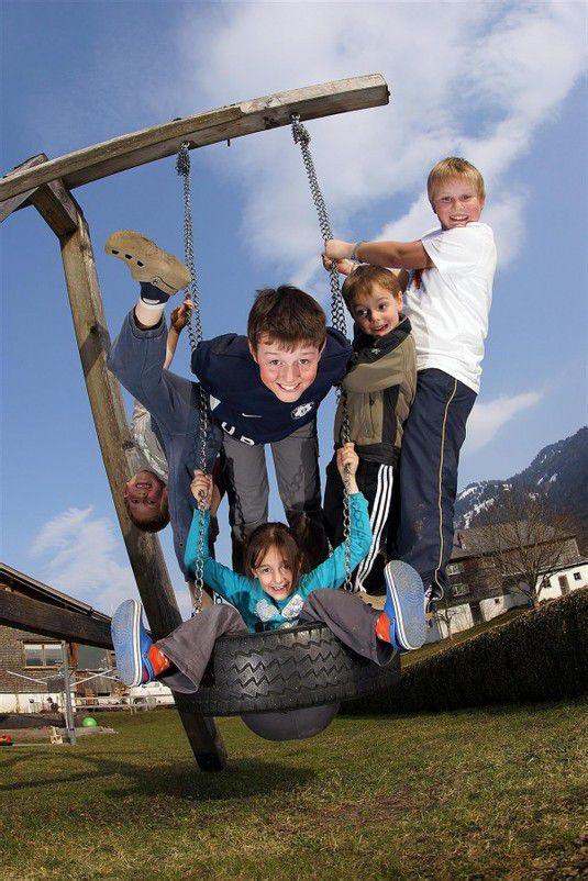 Johanna, Valentin, Dominik, Sebastian und Julian probierten heute gleich zu fünft die Schaukel aus. Es macht wohl großen Spaß, besonders wenn man noch dem Fotografen posen kann.